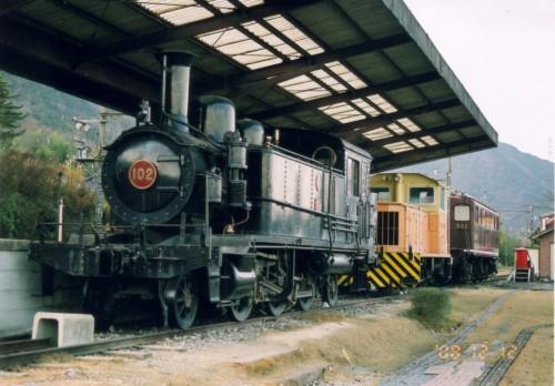 久しぶりに見た102号機といぶき502(最後方)、右下の模型の線路はウィステリア鉄道のレール 西藤原