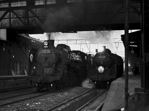 C6132【鹿】と、2レ『さくら』の蒸機C6026【鳥】、博多駅、'63.4.2 07815