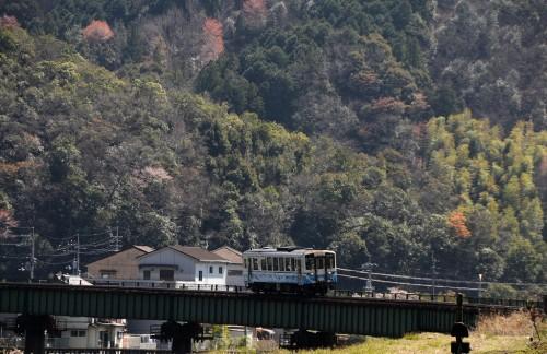 江川崎駅すぐの鉄橋を渡って、到着する4819D キハ32-1