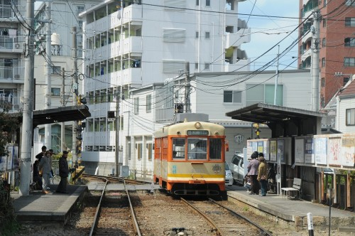 専用軌道の木屋町駅で交換する2003