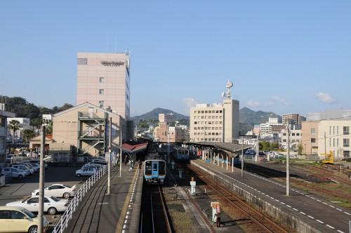 早朝の宇和島駅 1番線は、さっき到着した宇和島1号、2番線は松山行き4632D