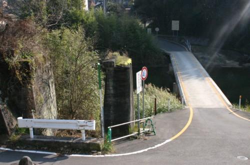 手前は鉄道橋の橋脚、向こうに見えるのは沈降道路橋