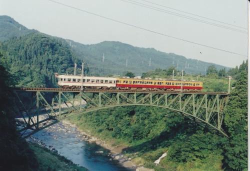 赤は電鉄富山初発で立山に向け登って来た