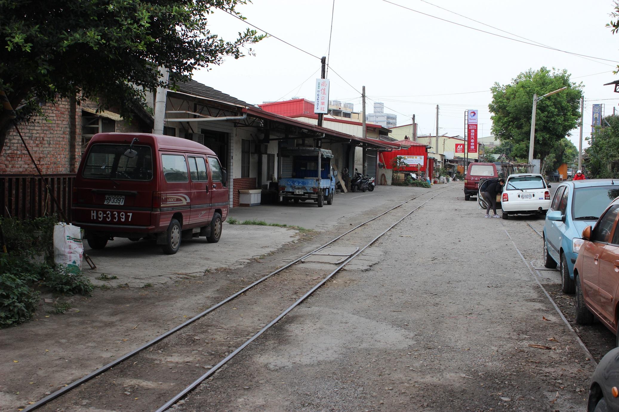 街中を通る半分埋もれた線路