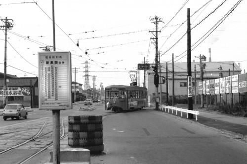 越ノ潟から米島口に到着した7052号。ダブルクロスの左側が廃止された伏木線。