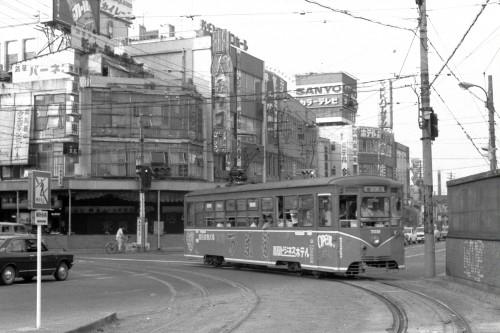 当時は新高岡と称していた高岡駅前に到着した7051号