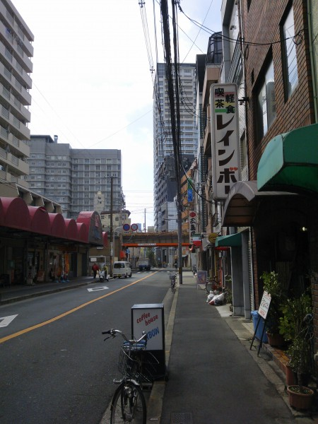 中崎町駅1番出口を出て、大阪環状線の高架に向かって歩きます。そして、セブンイレブンの角を高架に沿って右に入り、すぐに見えます。