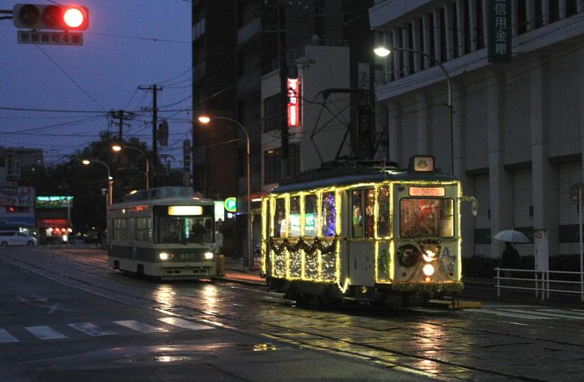 H27-12-23 夕暮れ迫る猿猴橋町を通過する回送電車