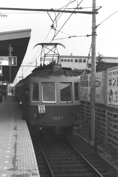 1番線に停車中の近鉄京都行き1007