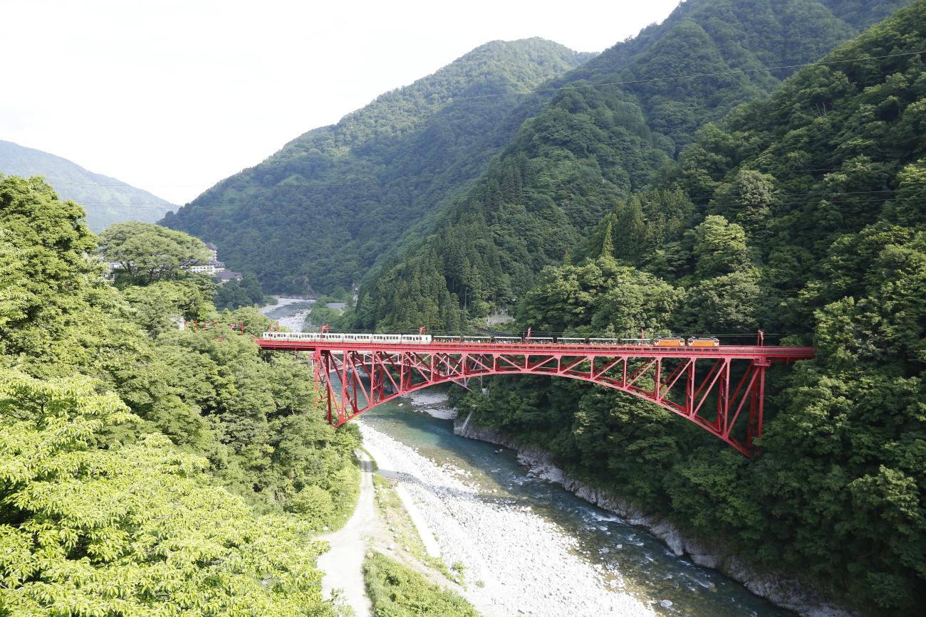 ホテル黒部の部屋から新山彦橋を眺める