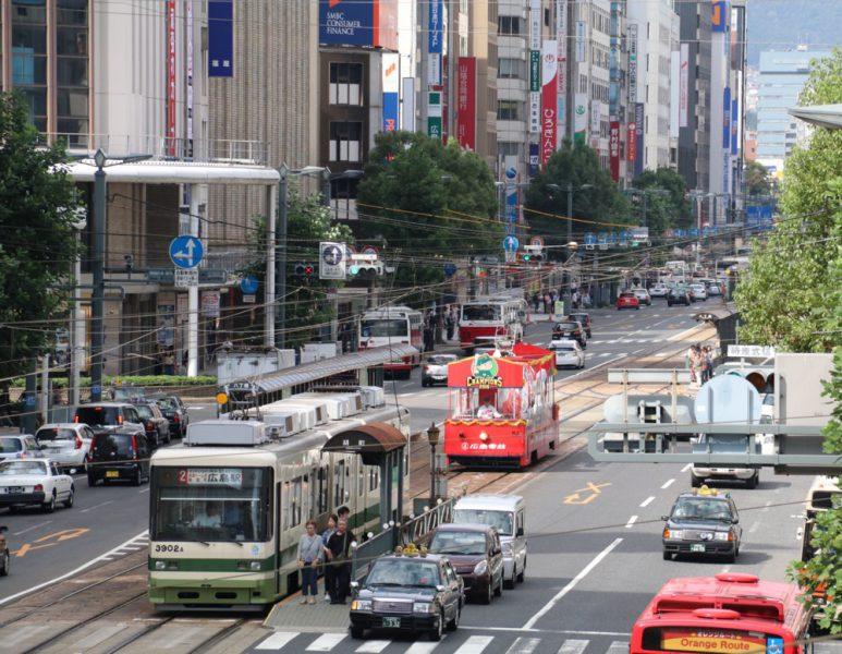 10:34 胡町歩道橋にて 江波車庫を出て広島駅に向かう51号がやってきた